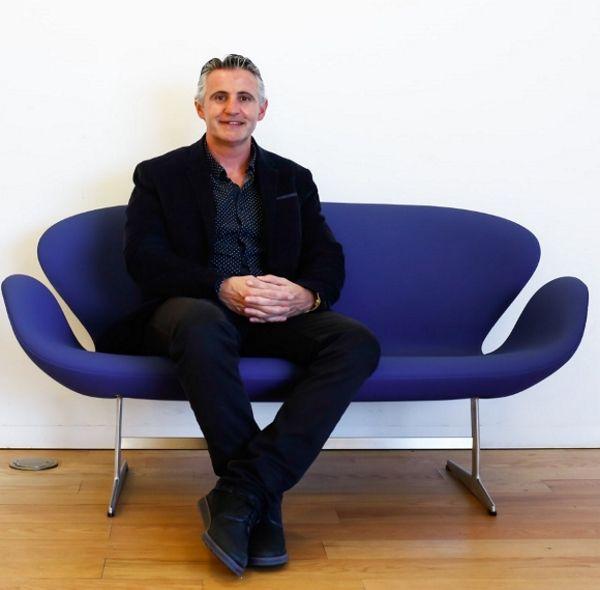 Imagen de una persona sentada en un sillón noticiaAMP